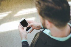 Uso exagerado do celular prejudica a coluna