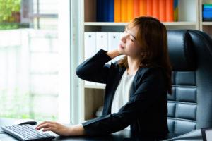 Má postura e rotina estressante podem causar dores musculares